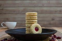 Eigengemaakte die koekjes met Amerikaanse veenbesjam worden gevuld Royalty-vrije Stock Afbeeldingen