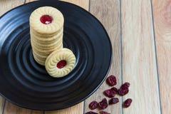 Eigengemaakte die koekjes met Amerikaanse veenbesjam worden gevuld Royalty-vrije Stock Afbeelding