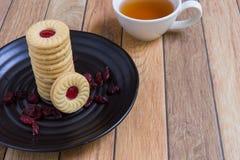 Eigengemaakte die koekjes met Amerikaanse veenbesjam worden gevuld Stock Foto