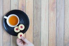 Eigengemaakte die koekjes met Amerikaanse veenbesjam worden gevuld Stock Afbeeldingen