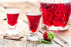 Eigengemaakte die likeur van alcohol en aardbeien wordt gemaakt stock foto's