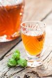 Eigengemaakte die likeur van alcohol en hazelnoten wordt gemaakt royalty-vrije stock foto