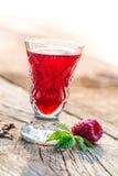 Eigengemaakte die likeur van frambozen en alcohol wordt gemaakt royalty-vrije stock afbeelding