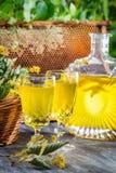 Eigengemaakte die likeur van honing en kalk in tuin wordt gemaakt royalty-vrije stock foto's