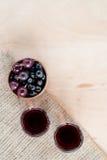 Eigengemaakte die likeur van zwarte bessen en rode kruisbes wordt gemaakt stock foto