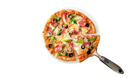 Eigengemaakte die pizza met ham en paddestoelen op witte backgroud, weg worden geïsoleerd stock afbeeldingen