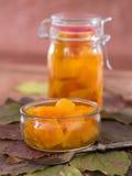 Eigengemaakte die pompoen zoet-en-zuur in een glas wordt gemarineerd Stock Afbeelding