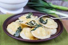 Eigengemaakte die ravioli met ricotta en spinazie op een vork wordt gevuld Stock Afbeelding