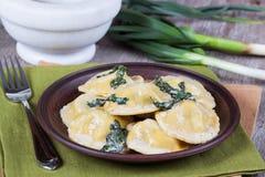 Eigengemaakte die ravioli met ricotta en spinazie wordt gevuld Royalty-vrije Stock Fotografie