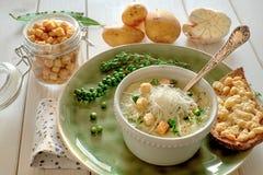 Eigengemaakte die room van aardappelsoep met croutons, met brood t wordt gediend Stock Afbeelding