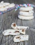 Eigengemaakte schuimgebakjekoekjes met noten en chocolade Royalty-vrije Stock Foto
