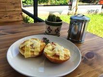 Eigengemaakte die toost met bacon, ei en kaas in witte schotel wordt bedekt Stock Foto
