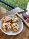 Eigengemaakte die toost met bacon, ei en kaas in witte schotel wordt bedekt Royalty-vrije Stock Fotografie
