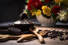 Eigengemaakte donkere chocolade cupcake met chocoladekoekjes op wo Stock Fotografie