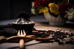 Eigengemaakte donkere chocolade cupcake met chocoladekoekjes op wo Stock Foto's