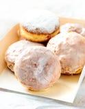 Eigengemaakte donuts in een witte doos Stock Foto's