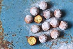 Eigengemaakte donuts met gepoederde suiker Stock Afbeeldingen