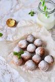 Eigengemaakte donuts met gepoederde suiker en melk Royalty-vrije Stock Fotografie