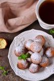 Eigengemaakte donuts met gepoederde suiker voor ontbijt Royalty-vrije Stock Afbeeldingen