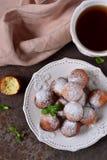 Eigengemaakte donuts met gepoederde suiker voor ontbijt Stock Afbeelding