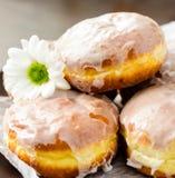 Eigengemaakte donutswhit witte bloem Stock Foto