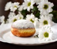 Eigengemaakte doughnut met witte bloem Royalty-vrije Stock Afbeeldingen