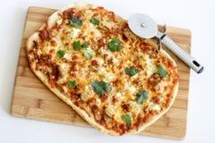 Eigengemaakte dunne korstpizza Stock Fotografie