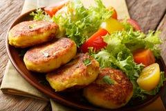 Eigengemaakte Ecuatoriaanse aardappelpannekoeken met verse groentesalade c Stock Fotografie