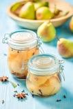 Eigengemaakte en gezonde ingelegde peren in de zomer stock afbeelding