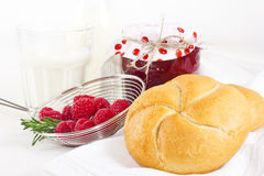 Eigengemaakte frambozenjam met melk en vers gekweekt voor ontbijt Stock Foto