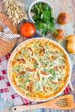 Eigengemaakte Franse quichepastei met tomaat, kaas en kruid stock afbeeldingen
