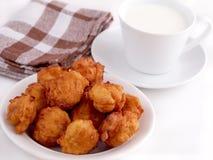 Eigengemaakte fritters en kop van melk Stock Afbeelding