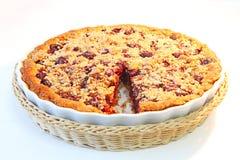 Eigengemaakte fruitcake op een witte plaat en een lijst Royalty-vrije Stock Foto's