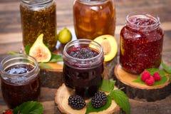 Eigengemaakte fruitjam in de kruik Royalty-vrije Stock Afbeelding
