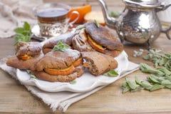 Eigengemaakte gebakjes met dadelpruimen, voor ontbijt Mooi glas met thee ketel Een houten lijst, een plaats voor tekst of stock foto's