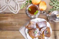 Eigengemaakte gebakjes met dadelpruimen, voor ontbijt Mooi glas met thee ketel Een houten lijst, een plaats voor tekst of royalty-vrije stock afbeelding