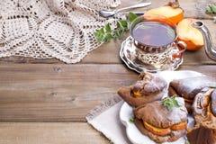Eigengemaakte gebakjes met dadelpruimen, voor ontbijt Mooi glas met thee ketel Een houten lijst, een plaats voor tekst of royalty-vrije stock foto's