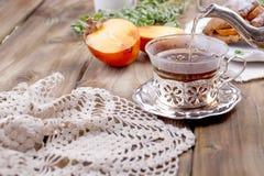 Eigengemaakte gebakjes met dadelpruimen, voor ontbijt Mooi glas met thee ketel Houten lijst, tafelkleed met kant Vrije ruimte royalty-vrije stock foto