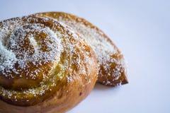 Eigengemaakte gebakjes Vers broodje met bessen Brood Smakelijk voedsel Monophonic achtergrond stock afbeelding