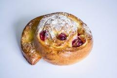 Eigengemaakte gebakjes Vers broodje met bessen Brood Smakelijk voedsel Monophonic achtergrond royalty-vrije stock afbeeldingen