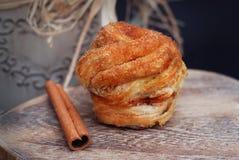 Eigengemaakte Gebakken Broodjes of Broodjes met Kaneelpoeder, rustieke houten achtergrond Het concept van de bakkerij Zoete kanee royalty-vrije stock foto