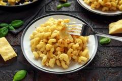 Eigengemaakte gebakken die macaroni en kaas met cheddar op plaat wordt gediend royalty-vrije stock foto