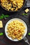 Eigengemaakte gebakken die macaroni en kaas met cheddar op plaat wordt gediend royalty-vrije stock afbeelding