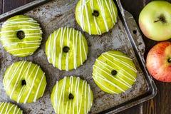 Eigengemaakte Gebakken Karamel Apple Donuts Stock Fotografie