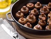 Eigengemaakte gebakken paddestoelen in de pan op een scherpe raad Royalty-vrije Stock Foto's