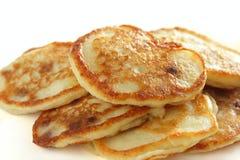 Eigengemaakte gebraden pannekoeken voor geïsoleerdw ontbijt Stock Afbeelding
