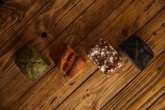 Eigengemaakte gemengde die broden voor verkoop worden voorgesteld Stock Foto