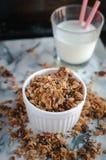 Eigengemaakte geroosterde granola op marmeren achtergrond, hoogste mening royalty-vrije stock fotografie