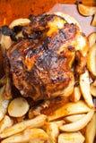 Eigengemaakte geroosterde kip met aardappels Stock Afbeeldingen