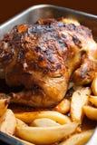 Eigengemaakte geroosterde kip met aardappels Royalty-vrije Stock Foto